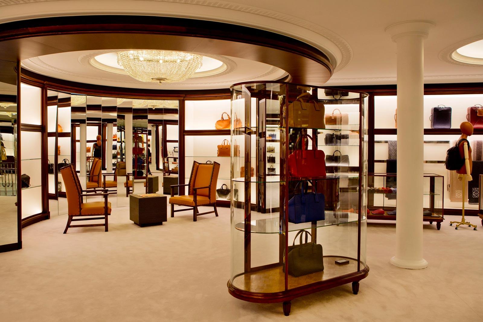 1b043bd8a Una boutique cuya frescura respira la belleza de los años 40 y mantiene el  ADN de la firma.